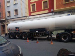 Camión cisterna cargando los depositos de la gasolinera