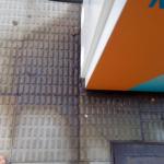 Pavimento de los suritdores que están en la acera empapados de gasolina