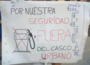pancarta Por nuestra seguridad gasolinera fuera del casco urbano de Haro